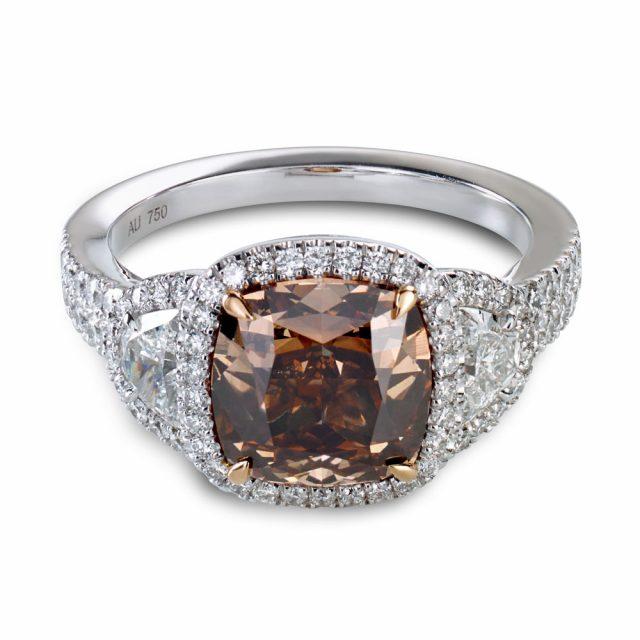 Cognac-farget diamant i platina med hvite diamanter