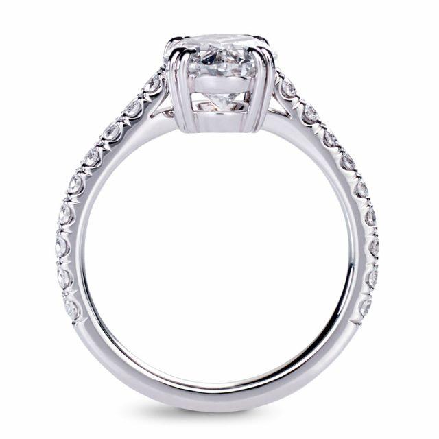 Ovalslipt diamantring i platina med briljanter