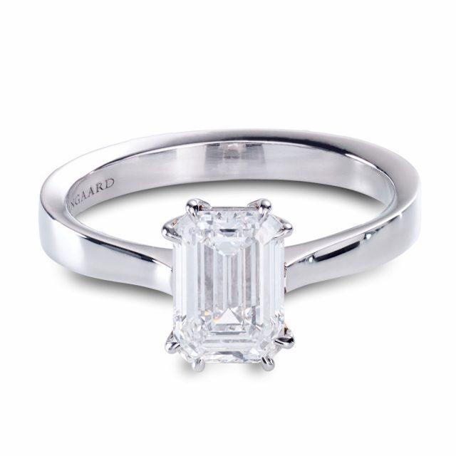 Enstensring i platina med smaragdslipt diamant