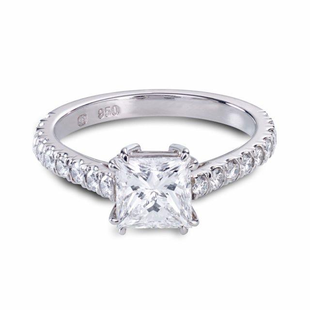 Prinsesseslipt diamantring med doble klør i platina