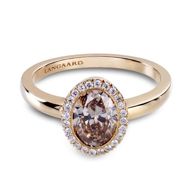 Ovalslipt champagnefarget diamantring i roségull med krans av diamanter