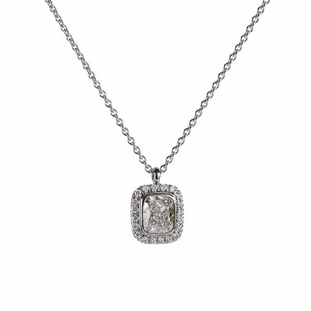 Exclusive anheng i platina med cushionslipt diamant