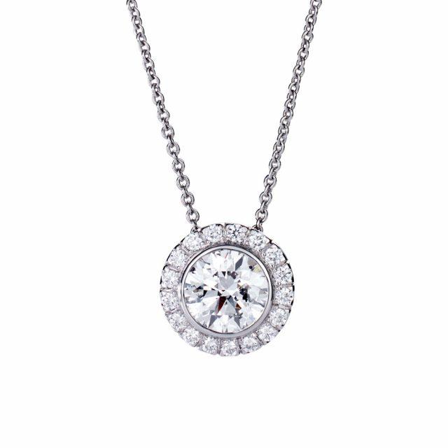 Exclusive anheng i platina med briljantslipte diamanter