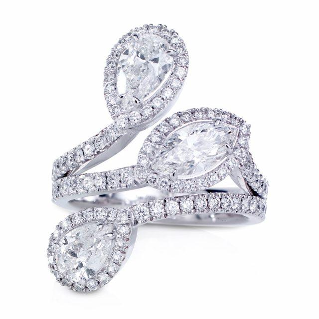Cocktailring i hvitt gull med 3 fantasislipte diamanter