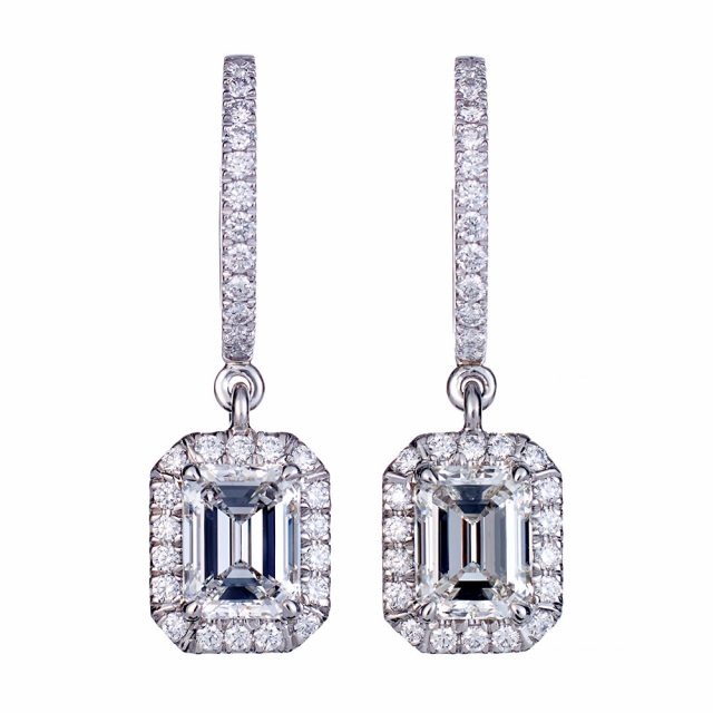 Exclusive smaragdslipt diamantørepynt i platina