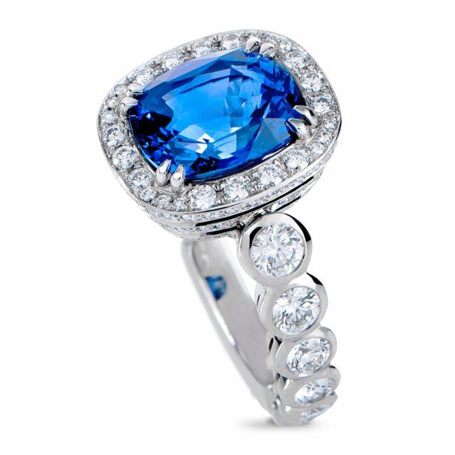 Safirring i platina med diamanter