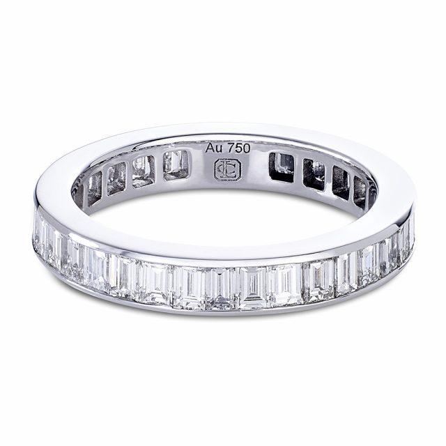 Kanalfattet diamantring i hvitt gull med baguetteslipte diamanter