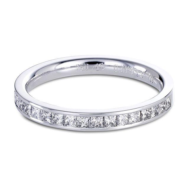 Kanalfattet giftering med prinsesseslipte diamanter i hvitt gull