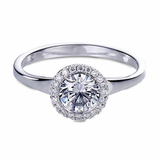 Exclusive halo-ring i hvitt gull med briljantslipte diamanter