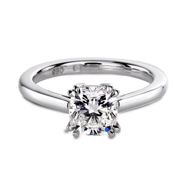 Enstensring i platina med en cushion-slipt diamant