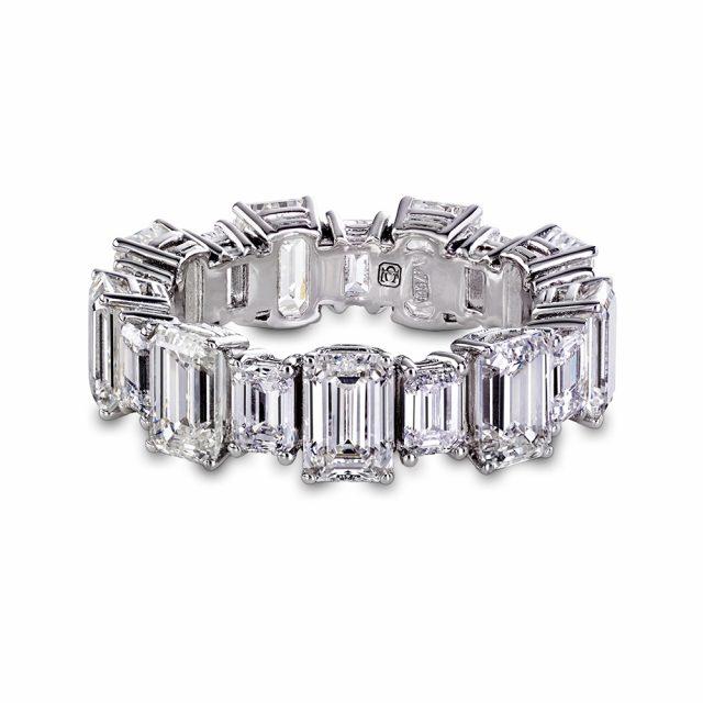 Alliansering i hvitt gull med smaragdslipte diamanter