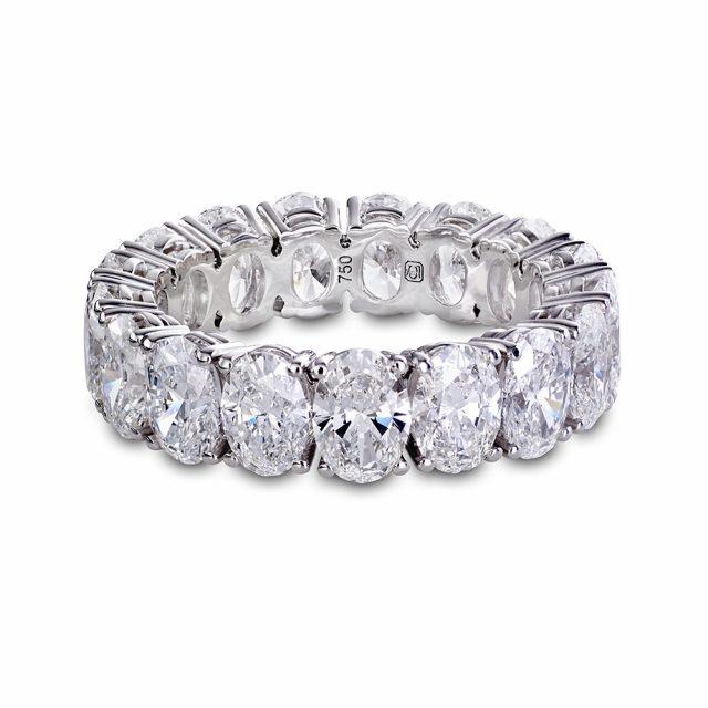 Alliansering i hvitt gull fattet med ovale diamanter