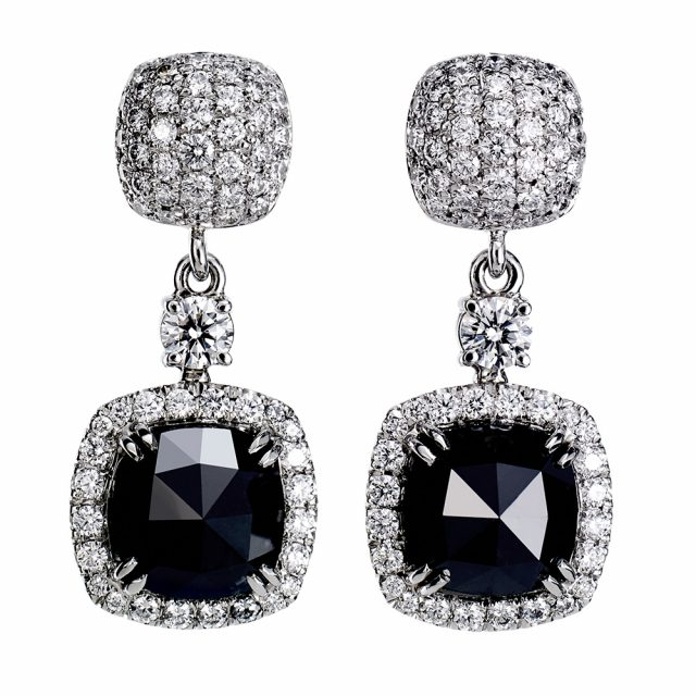Ørepynt i hvitt gull med sorte og hvite diamanter