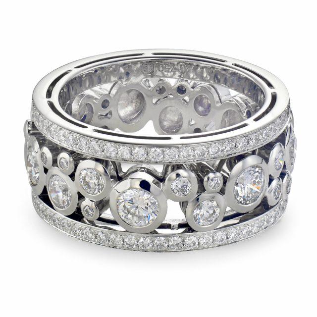 Bred diamantring i hvitt gull med sariefattede diamanter