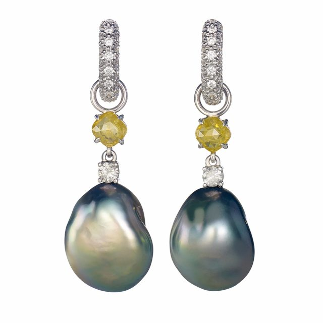 Creol-ørepynt i hvitt gull med grå og gule diamanter og tahitiperler